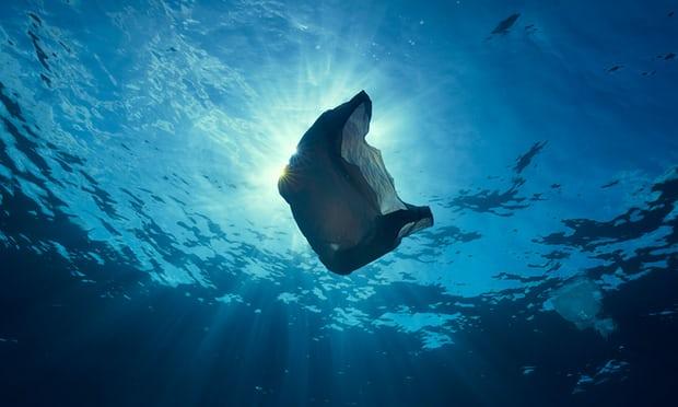 Sacola plástica no oceano - Poluição plástica